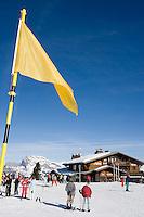 Europe/France/Rhone-Alpes/74/Haute-Savoie/Megève: Au sommet de Rochebrune skieurs et chalet