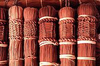 Detalhe da vassoura artesanal produzida por Índios Werekena no alto rio Xié, com fibras de piaçaba(Leopoldínia píassaba Wall). A fibra, um dos principais produtos geradores de renda na região é coletada de forma rudimentar. Até hoje é utilizada na fabricação de cordas para embarcações, chapéus, artesanato e principalmente vassouras, que são vendidas em várias regiões do país.<br />Alto rio Xié, fronteira do Brasil com a Venezuela a cerca de 1.000Km oeste de Manaus.<br />06/06/2002.<br />©Foto: Paulo Santos/Interfoto<br />Cromo Rio Xié Cor 135 Expedição Werekena do Xié<br /> <br /> Os índios Baré e Werekena (ou Warekena) vivem principalmente ao longo do Rio Xié e alto curso do Rio Negro, para onde grande parte deles migrou compulsoriamente em razão do contato com os não-índios, cuja história foi marcada pela violência e a exploração do trabalho extrativista. Oriundos da família lingüística aruak, hoje falam uma língua franca, o nheengatu, difundida pelos carmelitas no período colonial. Integram a área cultural conhecida como Noroeste Amazônico. (ISA)
