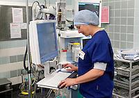 Anesthesist in de operatiekamer. Open dag in het OLVG ziekenhuis in Amsterdam.( Toestemming gekregen voor redeactioneel gebruik van de foto)