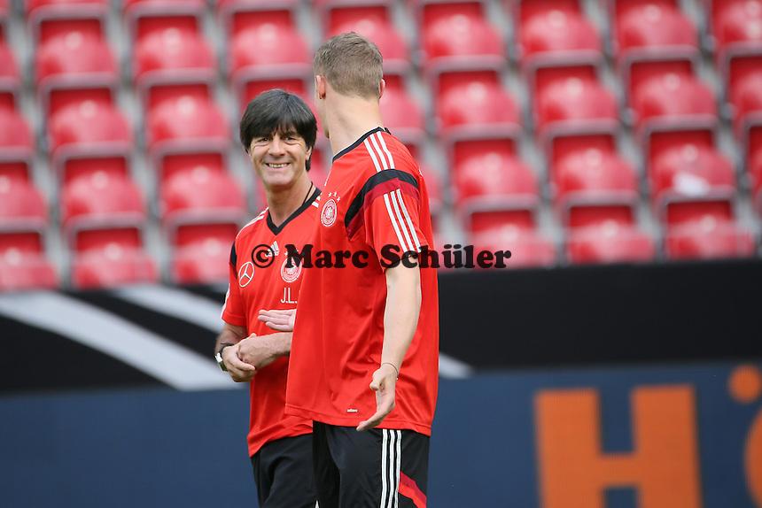 Bundestrainer Joachim Löw mit Manuel Neuer (D) - Abschusstraining Nationalmannschaft in Mainz