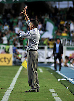 CALI- COLOMBIA- 16-02-2103:  Juan Carlos Osorio, director técnico del Atlético Nacional da instrucciones a los jugadores durante partido por la Liga de Postobon I en el estadio Pascual Guerrero en la ciudad de Cali, marzo16 de 2013. (Foto: VizzorImage / Luis Ramírez / Staff). Juan Carlos Osorio, coach of Atletico Nacional gives instructions to the players during a match for the Postobon I League at the Pascual Guerrero stadium in Cali city, on March 16, 2013, (Photo: VizzorImage / Luis Ramirez / Staff.)