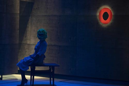 Karina Valdéz en una escena de la obra Un pedazo de muñeca de Lilli Jolie dirigida por Licelotte Nin. Foto, Canek Denis.