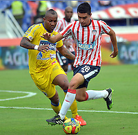 BARRANQUILLA -COLOMBIA- 18-08-2013. Guillermo Celis ( Der) jugador del Atletico Junior disputa el balon   contra Fram Pacheco  del Deportivo Pasto.   ,  partido correspondiente a la cuarta fecha de La  Liga Postobonn segundo semestre disputado en el estadio  Metropolitano / Guillermo Celis (R) Atletico Junior player dispute the ball against Deportivo Pasto Pacheco Fram. , Game in the fourth round of La Liga Postobonn second half played at Metropolitan Stadium. Photo: VizzorImage / Alfonso Cervantes  / Stringer