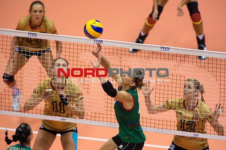 05.10.2014, Pala Trieste, Triest<br /> Volleyball, FIVB Volleyball Women`s World Championship 2014, 2. Runde, Deutschland (GER) vs. Aserbaidschan (AZE)<br /> <br /> Christiane F&uuml;rst / Fuerst (#11 GER), Heike Beier (#12 GER) - Zuspiel Oksana Kurt (Parkhomenko) (#4 AZE)<br /> <br />   Foto &copy; nordphoto / Kurth