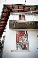 """Arcumeggia il paese dipinto in provincia di Varese. """"Maternità"""" di Sandro Saetti"""