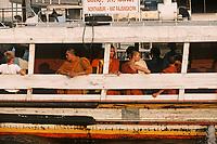 Thaïlande/Bangkok: Navigation sur le Chao Phraya - Moines à bord d'un bateau