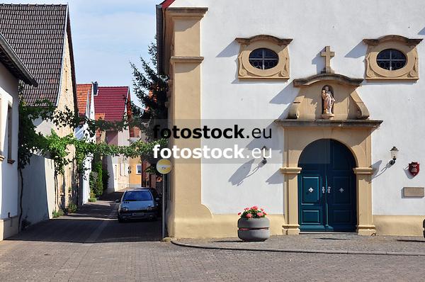 Katholische Kirche Sankt Martin mit Blick in die Hubergasse in Offenheim