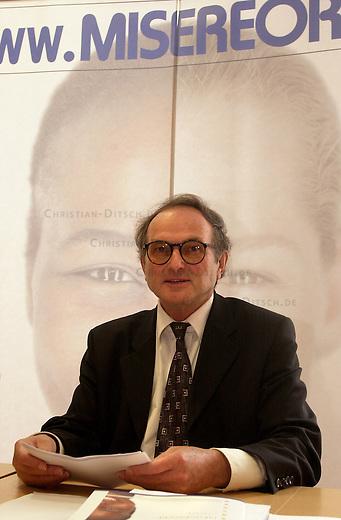 Jahrespressekonferenz des Bischoeflichen Hilfswerk MISEREOR e.V.<br /> Auf der Pressekonferenz wurde die neugegruendete &quot;helder-camara-stiftung&quot; vorgestellt, die sich um Entwicklungsprojekte in Afrika, Asien und Lateinamerika kuemmern will.<br /> Hier: Prof. Dr. Josef Sayer, Hauptgeschaeftsfuehrer.<br /> 22.6.2001, Berlin<br /> Copyright: Christian-Ditsch.de<br /> [Inhaltsveraendernde Manipulation des Fotos nur nach ausdruecklicher Genehmigung des Fotografen. Vereinbarungen ueber Abtretung von Persoenlichkeitsrechten/Model Release der abgebildeten Person/Personen liegen nicht vor. NO MODEL RELEASE! Nur fuer Redaktionelle Zwecke. Don't publish without copyright Christian-Ditsch.de, Veroeffentlichung nur mit Fotografennennung, sowie gegen Honorar, MwSt. und Beleg. Konto: I N G - D i B a, IBAN DE58500105175400192269, BIC INGDDEFFXXX, Kontakt: post@christian-ditsch.de<br /> Bei der Bearbeitung der Dateiinformationen darf die Urheberkennzeichnung in den EXIF- und  IPTC-Daten nicht entfernt werden, diese sind in digitalen Medien nach &sect;95c UrhG rechtlich geschuetzt. Der Urhebervermerk wird gemaess &sect;13 UrhG verlangt.]