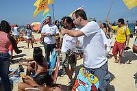 RIO DE JANEIRO, RJ, 26 AGOSTO 2012-ELEICOES 2012-MARCELO FREIXO-O candidato a Prefeito do Rio de Janeiro pelo PSOL, Marcelo Freixo faz caminhada na orla de Ipanema e encontra com o Deputado Jean Willys para cumprimentar os eleitores na Farme de Amoedo, em Ipanema, zona sul do Rio de Janeiro.(FOTOMARCELO FONSECA BRAZIL PHOTO PRESS).