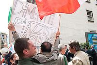 Processo Mills. Un cittadino contesta il premier fuori dal tribunale esponendo uno striscione. Milano, 9 maggio 2011...Mills Trial. A citizen sets out a banner that denies Berlusconi. Milano, May 9, 2011