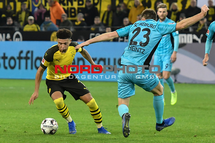 01.12.2018, Signal Iduna Park, Dortmund, GER, DFL, BL, Borussia Dortmund vs SC Freiburg, DFL regulations prohibit any use of photographs as image sequences and/or quasi-video<br /> <br /> im Bild Jadon Sancho (#7, Borussia Dortmund) versetzt Dominique Heintz (#23, SC Freiburg)<br /> <br /> Foto © nordphoto/Mauelshagen