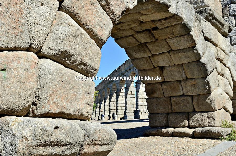Aquaedukt von Segovia: SPANIEN, KASTILIEN LEON, SEGOVIA, 28.07.2011: Das Aquaedukt in Segovia in Zentralspanien stammt aus der Bluetezeit des roemischen Imperiums. Es wurde wahrscheinlich unter Trajan (98-117 n. Chr.) erbaut...Das Aquaedukt gilt als Meisterwerk der roemischen Ingenieurskunst und war Teil der Wasserleitung, die Wasser von den 15 Kilometern entfernten Huegeln in die Stadt Segovia leitete...Antiquitaet, Antiquitaeten, aquaedukt, architektur, aussicht, blick, bogen, daraus, roemisch, etruskisch, fluss, fussruecken, gewoelbe, gross, grosse, grosser, grosses, hoch, hochstrasse, hohe, hoher, hohes, ingenieurwesen, jahrhundert, klassische, klassischer, klassisches, Kultur, Kunst,  Puente, Riofrio, roemische, roemischer, roemisches, spanische, spanischer, spanisches, staetten, technik, technisch, technische, planung, ueberfuehrung, viadukt, von wasser, Wasser weg, Wasserstrasse, Trinkwasser, Detail, Stein, Fels, zusammen, gefuegt, Roemischer Bogen, .c o p y r i g h t : A U F W I N D - L U F T B I L D E R . de.G e r t r u d - B a e u m e r - S t i e g 1 0 2, .2 1 0 3 5 H a m b u r g , G e r m a n y.P h o n e + 4 9 (0) 1 7 1 - 6 8 6 6 0 6 9 .E m a i l H w e i 1 @ a o l . c o m.w w w . a u f w i n d - l u f t b i l d e r . d e.K o n t o : P o s t b a n k H a m b u r g .B l z : 2 0 0 1 0 0 2 0 .K o n t o : 5 8 3 6 5 7 2 0 9. V e r o e f f e n t l i c h u n g  n u r  m i t  H o n o r a r  n a c h M F M, N a m e n s n e n n u n g  u n d B e l e g e x e m p l a r !...