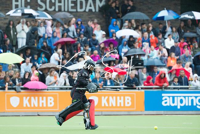 SCHIEDAM - Toeschouwerds tijdens een oefenwedstrijd tussen  de dames van Nederland en Belgie , in aanloop naar het  EK Hockey, eind augustus in Amstelveen. COPYRIGHT KOEN SUYK