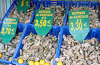 France, Brittany, Département Ille-et-Vilaine, Cancale: Oysters at Market Stall | Frankreich, Bretagne, Département Ille-et-Vilaine, Cancale: Austern auf dem Fischmarkt