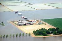 CTX12. BELZONI (MS, EE.UU.), 23/05/2011.- Fotografía de hoy, lunes 23 de mayo de 2011, en la que se observa una finca y sus instalaciones protegidas por diques artificiales al sur de Silver City, Misisipi (EE.UU.). Aunque el río Misisipi ha inundado el estado homónimo, las aguas continúan reculando a los tributarios Yazoo River y Yazoo Diversionary Canal desde Vicksburg en el delta del Misisipi, arriba de Belzoni, inundando cultivos, cerrando vías y afectando casas y fincas. Miles de residentes que viven a lo largo del río en los estados de Misisipi, Illinois, Misuri, Tennessee, Arkansas y Luisiana se han visto forzados a evacuar y miles de acres de materia prima han sido inundados con uno de los niveles más altos historicamente. EFE/Chris Todd..