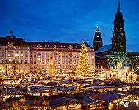 Deutschland, Freistaat Sachsen, Dresden: Strietzelmarkt (Weihnachtsmarkt) vor Kreuzkirche und Rathausturm | Germany, Saxony, Dresden: Stietzelmarkt (Christmas Fair) in front of Kreuz Church and the Townhall Tower
