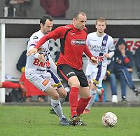 SINT ELOOIS WINKEL SPORT - RC HARELBEKE :<br /> Jeroen Doornaert (L) zit Dieter Yde (R) op de huid<br /> <br /> Foto VDB / Bart Vandenbroucke