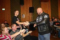 WWE Superstar Ryback klatscht mit den Fans in Nauheim ab - 22.04.2017: GHW Kampfabend mit WWE-Superstar Ryback