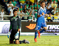 CALI - COLOMBIA -20-04-2014: Fernando Uribe (Der.) jugador de Millonarios celebra el gol anotado a Deportivo Cali durante  partido Deportivo Cali y Millonarios por la fecha 15 de la Liga Postobon II 2014 en el estadio Pascual Guerrero de la ciudad de Cali.  / Fernando Uribe (R) player of Millonarios celebrates a scored goal to Deportivo Cali during a match between Deportivo Cali and Millonarios for the date 15th of the Liga Postobon II 2014 at the Pascual Guerrero stadium in Cali city. Photo: VizzorImage / Juan C Quintero / Str.