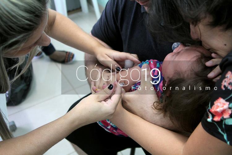 CAMPINAS, SP 22.01.2018-FEBRE AMARELA-Campinas come&ccedil;ou nesta segunda-feira (22) a vacinar contra a febre amarela apenas quem levar nas unidades de sa&uacute;de comprovante de resid&ecirc;ncia do munic&iacute;pio. A medida foi anunciada na semana passada com intuito de priorizar a vacina&ccedil;&atilde;o da popula&ccedil;&atilde;o local ainda n&atilde;o imunizada, especialmente os que se deslocar&atilde;o para &aacute;rea de risco no Carnaval.<br /> Levantamento divulgado pela secretaria de Sa&uacute;de aponta um crescimento de 420% na vacina&ccedil;&atilde;o nos primeiros dias deste ano. Na semana de 3 a 9 de janeiro, foram aplicadas 2.128 doses; na semana de 10 a 16 de janeiro, foram aplicadas 11.045. A corrida deu-se pelas recentes mortes na Grande S&atilde;o Paulo e o an&uacute;ncio de que o Governo Federal vai fracionar a vacina da febre amarela provocaram a corrida pela imuniza&ccedil;&atilde;o em Campinas (SP). (Foto: Denny Cesare/Codigo19)