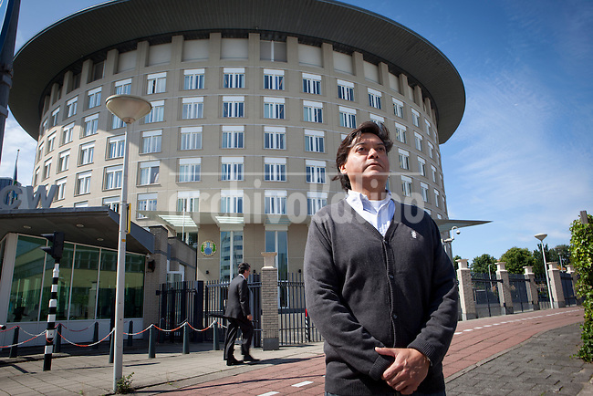 Enrique Bravo-Valdes standing in front of the building of the OPCW building(Organisation for the prohibition of Chemical Weapons) in the Hague, where he worked for 15 years. Foto: Jan-Joseph Stok..