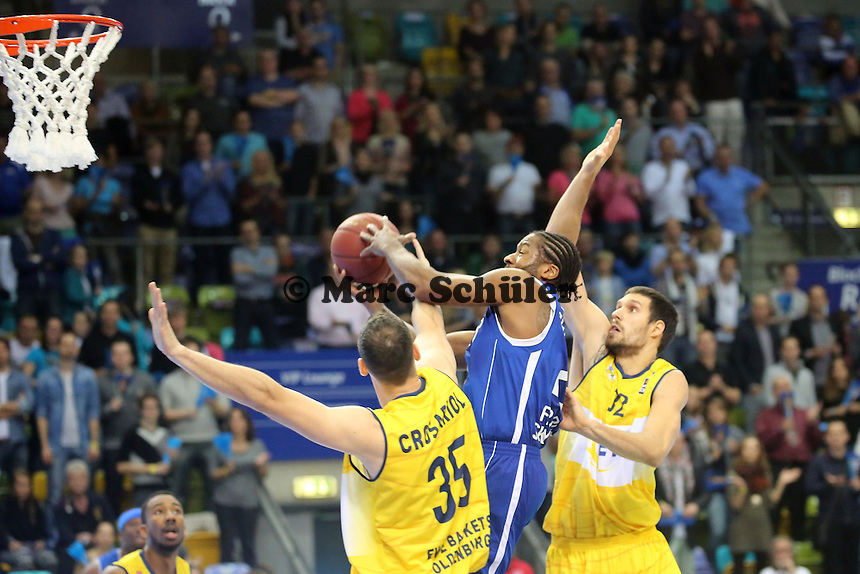 Quantez Robertson (Skyliners) setzt sich gegen Andrea Crosariol (EWE) durch - Fraport Skyliners vs. EWE Baskets Oldenburg, Fraport Arena Frankfurt