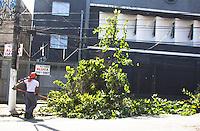 SÃO PAULO,SP, 07.03.2017 - CIDADE-SP - Homens do corpo de bombeiros trabalham na remoção de uma árvore que caiu após chuva na Avenida Engenheiro George Corbisier, no bairro do Jabaquara, região sul de São Paulo(SP). Trecho da avenida ficou sem luz, ninguém ficou ferido. (Foto: Danilo Fernandes/Brazil Photo Press)