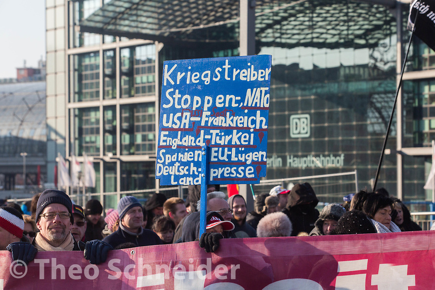 """Teilnehmer mit Schild gegen NATO, USA, Lügenpresse und anderes. // Rund 300 Rechte, darunter Neonazis und AfD-Anhänger, versammelten sich unter dem Motto """"Nein zur GroKo"""" in Berlin."""