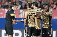 Referee Mark Clattenburg speak with AC Milan's Adel Taarabt, Kaka and Michael Essien during Champions League 2013/2014 match.March 11,2014. (ALTERPHOTOS/Acero)