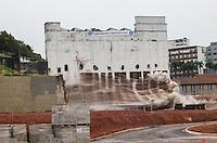 ATENCAO EDITOR IMAGEM EMBARGADA PARA VEICULOS INTERNACIONAIS - RIO DE JANEIRO, RJ, 10 NOVEMBRO 2012 - IMPLOSAO PREDIO EDITORA BLOCH - Demolicao do prédio da antiga Editora Bloch. No edifício, abandonado há 12 anos, viviam 132 famílias em condições insalubres, reassentadas pela Secretaria municipal de Habitação. No local será construído um empreendimento do Programa Minha Casa, Minha Vida para famílias de baixa renda, com 91 apartamentos de dois e três quatros. Na regiao central da capital fluminense na manha deste sabado, 10. (FOTO: VANESSA CARVALHO / BRAZIL PHOTO PRESS).