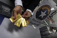 Receita federal apreende no 3,4 kg de ouro no aeroporto de Belém.<br /> Após denúncia da Gol à receita federal, um passageiro que viajava para São Paulo foi abordado  por auditores que encontraram 4 lingotes de ouro ilegais com aproximadamente 3,400kg avaliado hoje em quase meio milhão de reais, sem documentação ou registro de Distribuidoras de Títulos de Valores Imobiliários..  De acordo com Iranilson Brasil, auditor da receita, o metal era transportado por um empresário paraense do setor de cosméticos, não identificado. A cerca de um mês 4 lingotes com pesos próximos a 3,5 kg foram abandonados no lixo do aeroporto e semana passada a Polícia rodoviaria federal fez outra apreensão de 6 lingotes. Como a região produz ouro é uma rota comercial conhecida pela receita, mas vem chamando atenção as apreensões ilegais.<br /> Belém, Pará, Brasil.<br /> Foto Paulo Santos<br /> 30/08/2016