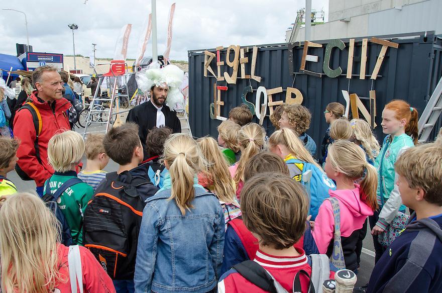 18juni Scheveningen<br /> Drukte rond de Volvo ocean race. Er word uitleg en bekendheid gegeven aan een schoolklas over het probleem van plastic afval in zee.<br /> <br /> (c)renee teunis