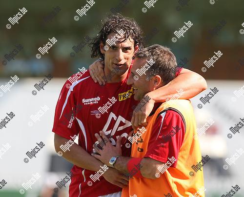 2008-05-11 / Voetbal / R. Antwerp FC - Lierse SK / Luciano Olguin en trainer Warren Joyce omhelzen mekaar...Foto: Maarten Straetemans (SMB)