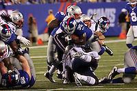 RB Andre Brown (Giants) wird von DL Brandon Deadrick (Patriots) gestoppt