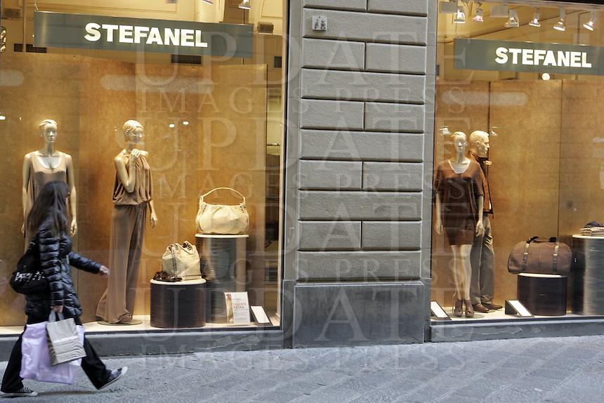 Shopping a Via dei Calzaiuoli, Firenze.<br /> Shopping in Via dei Calzaiuoli, Florence.<br /> UPDATE IMAGES PRESS/Riccardo De Luca