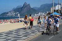 RIO DE JANEIRO, RJ, 26 AGOSTO 2012-CLIMA TEMPO NA CAPITAL FLUMINENSE-Movimentacao na Praia de Ipanema, neste domingo, 26 de agosto, com muito sol e clima seco, em Ipanema, zona sul do Rio de Janeiro.(FOTOMARCELO FONSECA BRAZIL PHOTO PRESS).