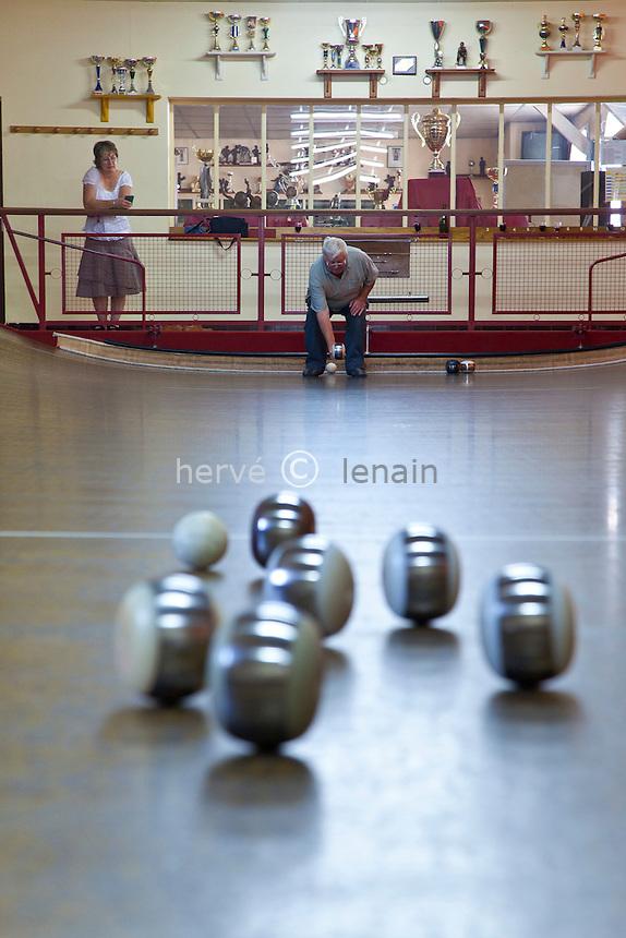 France, Indre-et-Loire (37), Val de Loire classé Patrimoine mondial de l'UNESCO, Chouzé-sur-Loire, joueur de boules de fort, sport classé Jeu Patrimonial Ligérien par le Ministère de la Culture, ici au Cercle l'Ilette crée en 1872 // France, Indre et Loire, Val de Loire listed as World Heritage by UNESCO, Chouze sur Loire, boules de fort player, sport class Thurs Patrimonial Ligerien by the Ministry of Culture