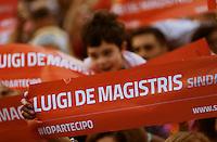 Luigi De Magistris saluta i suoi elettori in Piazza Municipio