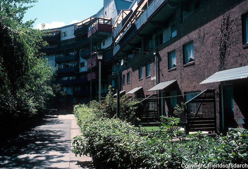 Ralph Erskine: Byker Redevelopment. Newcastle. Small yards, gardens. Photo '90.