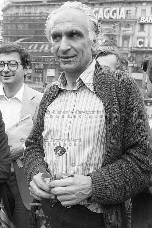 Milano, Marco Pannella durante un comizio, con in mano una rosa simbolo del Partito Radicale. Fine anni '70.<br /> Milan, Marco Pannella during a political meeting, holding a rose symbol of the Radical Party. Late 70s.
