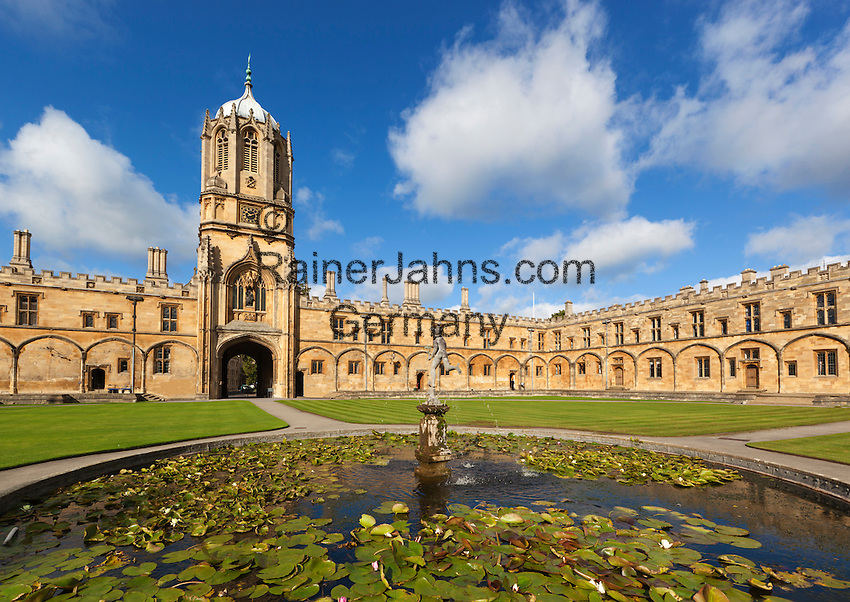 Great Britain, England, Oxfordshire, Oxford: Christ Church College (founded by Cardinal Wolsey in 1525), part of Oxford University. Tom Tower, upper part designed by Sir Christopher Wren in 1682, and the pond in Tom Quad   Grossbritannien, England, Oxfordshire, Oxford: Christ Church College (gegruendet von Cardinal Wolsey 1525), gehoeren zur Oxford University. Tom Tower, obere Teil designed von Sir Christopher Wren 1682, and der Teich im Tom Quad