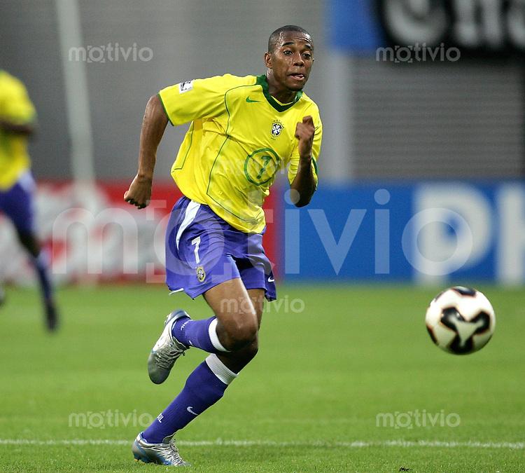 FIFA Confederations Cup Leipzig Brasilien - Griechenland (3:0) Robinho (BRA) am Ball, Sprint, Dribbling.