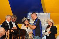 SKÛTSJESILEN: GROU: 17-07-2015, Traditionele loting voor de wedstrijden bij De Veenhoop en Earnewâld, Dirk Jan Reijenga (Joure) trekt zijn lootje nummer vijf voor De Veenhoop, ©foto Martin de Jong