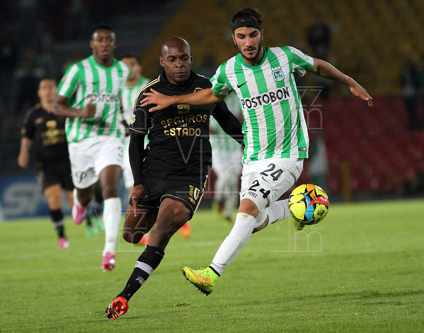 BOGOTA -COLOMBIA-1 -NOVIEMBRE-2014. Tressor Moreno ( Izq) de Fortaleza F.C. disputa el balón con Sebastian Perez ( Der ) de Atlrtico Nacional   durante partido de la  17  fecha  de La Liga Postobón 2014-2. Estadio Nemwsio Camacho El Campin . / Tressor Moreno (L ) of Fortaleza F.C.  fights for the ball with Sebastian Perez of Atletico Nacional   during match of the 17th date of Postobon  League 2014-2. Nemesio Camacho El Campin  Stadium. Photo: VizzorImage / Felipe Caicedo / Staff