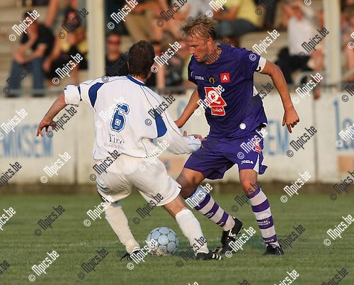 2009-06-27 / Voetbal / Hemiksem - Germinal Beerschot / Wim De Decker probeert Wauters van Hemiksem te passeren..Foto: Maarten Straetemans (SMB)