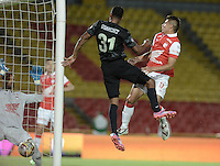 BOGOTÁ -COLOMBIA, 16-11-2014. Jonathan Copete (C) de Atlético Nacional cabecea para anotar gol a Independiente Santa Fe durante partido por la fecha 1 de los cuadrangulares finales de la Liga Postobón  II 2014 jugado en el estadio Nemesio Camacho el Campín de la ciudad de Bogotá./ Jonathan Copete of Atletico Nacional shoots with a header to score a goal to Independiente Santa Fe during the match for the first date of the final quadrangular  of the Postobon League II 2014 played at Nemesio Camacho El Campin stadium in Bogotá city. Photo: VizzorImage/ Gabriel Aponte / Staff