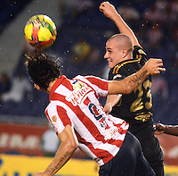 BARRANQUIILLA -COLOMBIA-10-AGOSTO-2014. Roberto Ovelar   (Izq) del Atletico junior  disputa el balon con Andres Correa de Fortaleza FC , partido de la Liga  Postobon cuarta  fecha disputado en el estadio Metroplitano.  /Roberto Ovelar  (L) of Atletico Junior dispute the ball with Andres Correa of Fortaleza FC, party Postobon League fourth round match at the Metropolitano stadium. Photo: VizzorImage / Alfonso Cervantes / Stringer