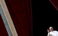 Papa Francesco saluta i fedeli dopo aver pronunciato il messaggio &quot;Urbi et Orbi&quot; (alla citt&agrave; e al mondo) dalla loggia centrale della Basilica di San Pietro. Citt&agrave; del Vatican, 1 aprile 2018. <br /> Pope Francis waves after delivering his &quot;Urbi et Orbi&quot; (to the city and the world) message from the central loggia overlooking St. Peter's Square at the Vatican, on April 1 2018.<br /> UPDATE IMAGES PRESS/Isabella Bonotto<br /> <br /> STRICTLY ONLY FOR EDITORIAL USE