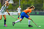 BLOEMENDAAL -  Michelle van der Drift (Bldaal)  met links Gabi Nance (Pin)  , Libera hoofdklasse hockey Bloemendaal-Pinoke (0-0). COPYRIGHT KOEN SUYK