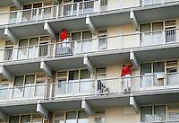 Nederland Amsterdam 2017 . De Bijlmer. Onderhoud aan een flat. De flat wordt geschilderd.  Foto Berlinda van Dam / Hollandse Hoogt